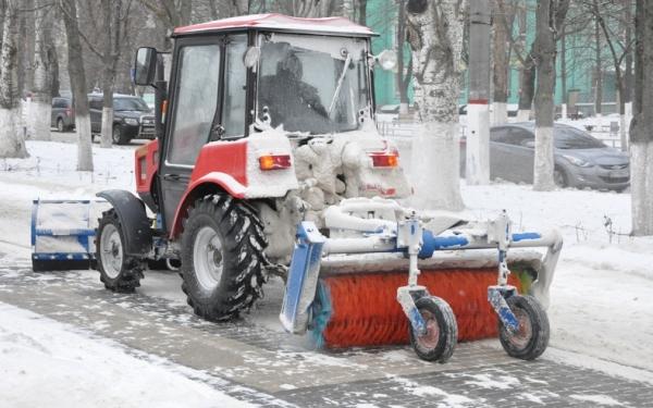 Чистка снега трактором в Великом Новгороде
