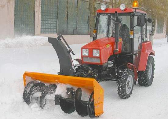 Чистка снега трактором