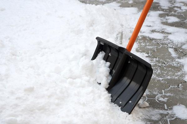 Лопата у снега