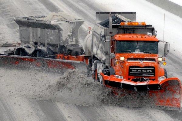 Машина чистит снег в США