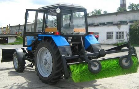 Трактор со щеткой