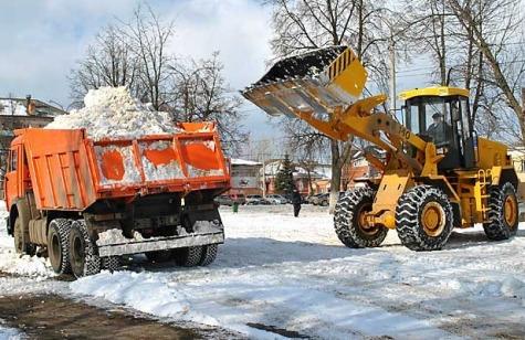 Техника вывозит снег