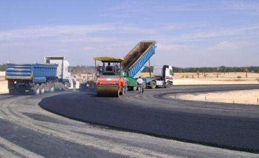 Специальная техника работает на дороге